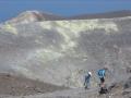 Sur le bord du cratère sommital