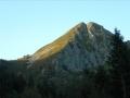 La face nord-est au soleil et qui est la voie normale d'accèd au sommet.