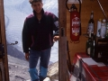 Un petit détour par le refuge de la Charpoua et un clin d'œil à la célèbre photo de Walter Bonatti où on le voit passant cette même porte.