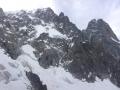 L'ensemble de l'itinéraire : le bas rocheux, la section médiane en neige et glace et le haut ou la goulotte est bien cachée dans la face rocheuse !
