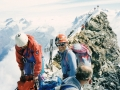 Entre Eric et Gérard on aperçoit la croix métallique du sommet Italien (4476m) et au fond le sommet suisse point culminant (4478m)