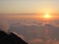 Au dessus de la mer de nuages avec les cratères sur la gauche