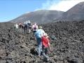 Puis on traverse de larges coulées de lave. Les pierres sont instables et marcher est difficile !