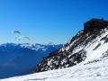 Des parapentistes décollent du Col du Géant tout à coté du refguge Torino