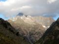 Le sommet du Dôme de Neige des Écrins dans les nuages