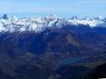 Les éoliennes du plateau de Pellafol, le lac du Sautet, le village de Corps et au fond les Écrins