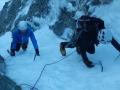 Une cordée de 2 grimpeurs nous a rejoint. Le premier de cordée attend prudemment avant de démarrer la première longueur, que Jérôme et Steve arrivent relais !