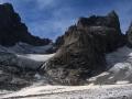 """de gauche à droite : versants sud de """"l'Ailefroide Oriantale, col du """"Glacier noir"""", """"Pic du Coup de Sabre"""", col du """"Coup de Sabre"""", épaule Ouest du """"Pic Sans Nom""""."""