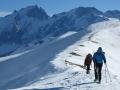 Entre 2 bourrasques, on a préféré porter les skis pour éviter de se faire pousser par le vent !