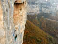 La splendide 2ème longueur au dessus de la vire médiane, qui commence par une longue traversée