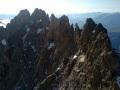 Depuis le sommet du Râteau Est, l'arête et tout au fond à gauche le Dôme de la Lauze